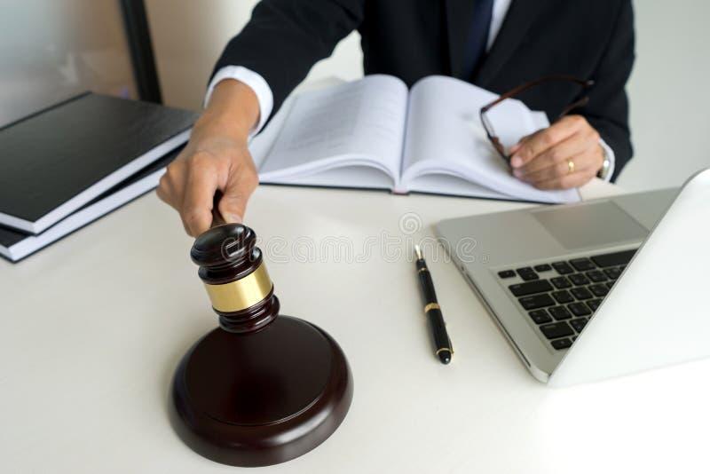Domaren dömer i rättssaldomarehammare auktionsklubban royaltyfria bilder