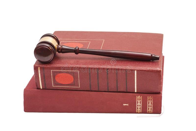 Domares auktionsklubba och lagliga böcker på vit bakgrund royaltyfri foto