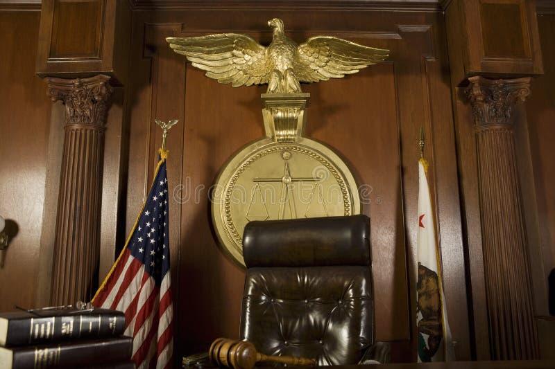 Domares stol i rättssal arkivbilder