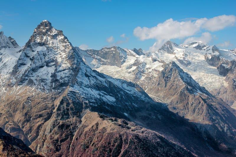 Dombai Landskap av steniga berg i den Kaukasus regionen i Ryssland arkivfoto