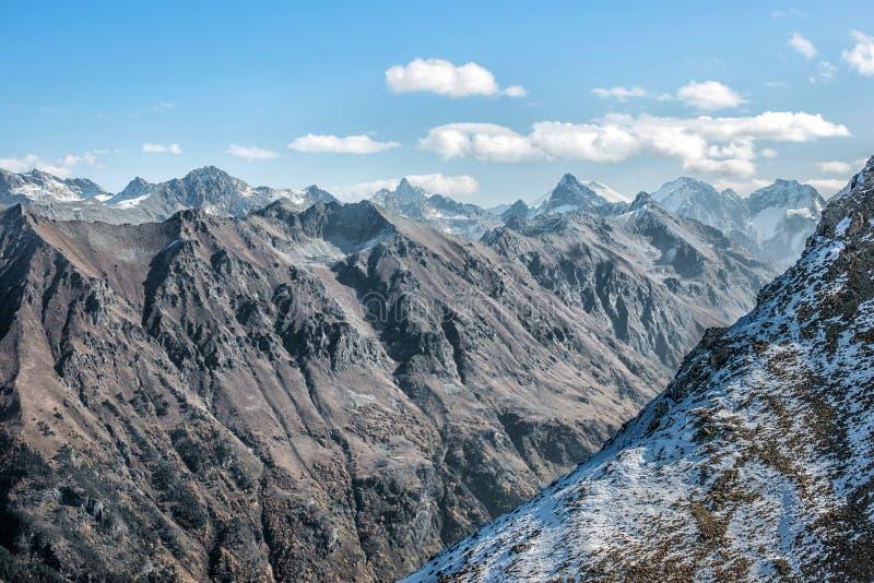 Dombai Landskap av steniga berg i den Kaukasus regionen i Ryssland arkivbild
