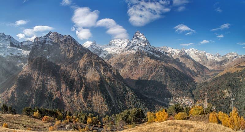 Dombai Landskap av steniga berg i den Kaukasus regionen i Ryssland royaltyfria foton