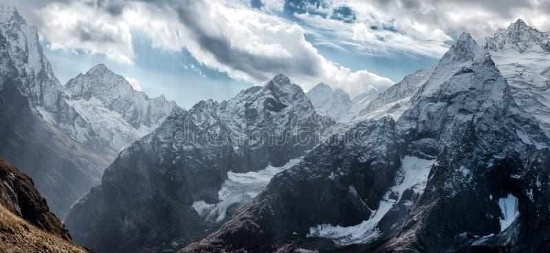 Dombai Landskap av steniga berg i den Kaukasus regionen i Ryssland royaltyfria bilder