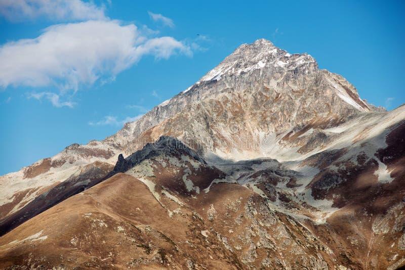 Dombai Landskap av steniga berg i den Kaukasus regionen i Ryssland royaltyfri fotografi