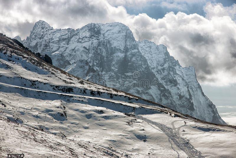Dombai Landskap av steniga berg i den Kaukasus regionen i Ryssland arkivfoton