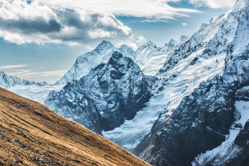 Dombai Landskap av steniga berg i den Kaukasus regionen i Ryssland arkivbilder