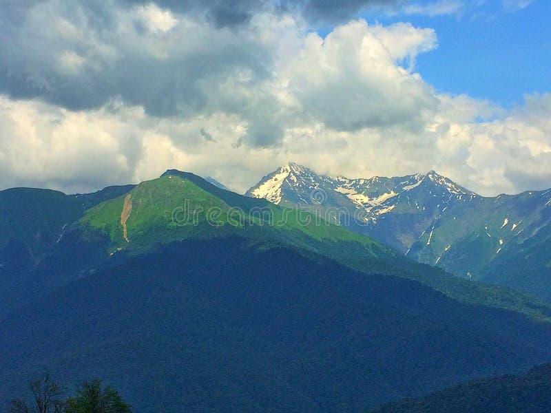 dombay αιχμές βουνών βουνών Καύκασου στοκ εικόνες