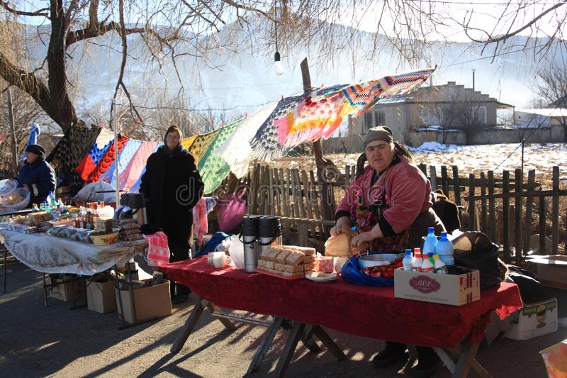Dombay, dans la République de Karachay-Cherkess, la Russie - janv. 01, 2013 Marché intérieur dans les mountaints en hiver image stock