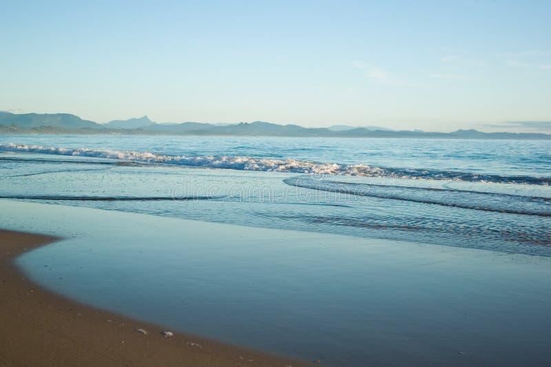 Dome ondas na praia imagem de stock royalty free