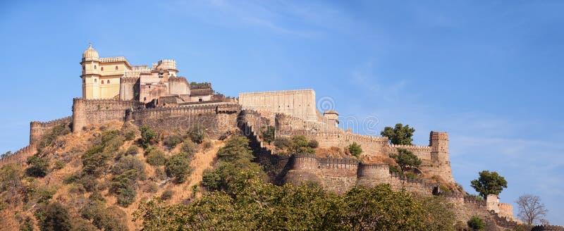 Domed wierza i fortyfikująca ściana Kumbhalgarh forteca blisko Udai fotografia stock