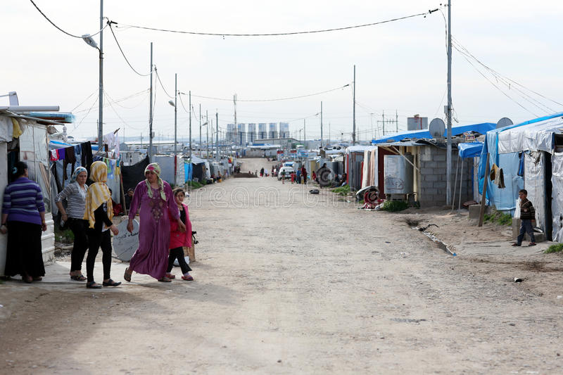 Domeez-Flüchtlingslager: Straße mit Frauen, Kinder lizenzfreie stockbilder