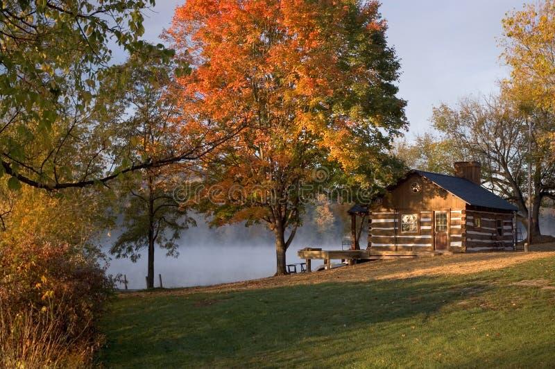 domek nad jezioro zdjęcie royalty free