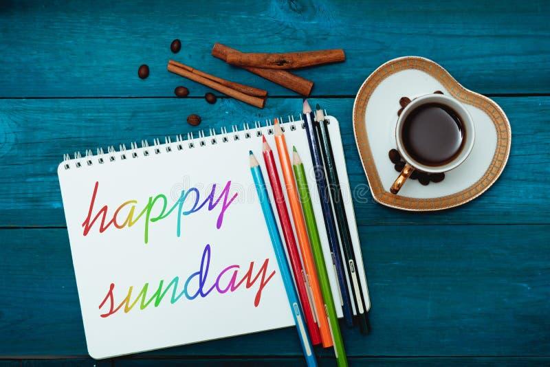 Domenica felice con una tazza di caffè fotografia stock