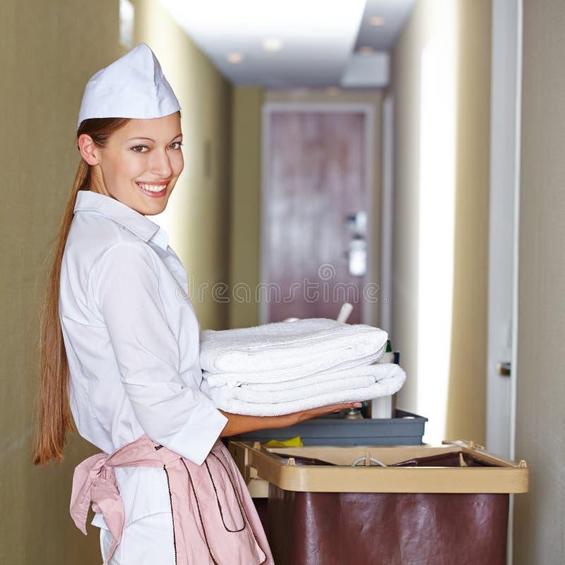 Domestique d'hôtel faisant le ménage photo stock