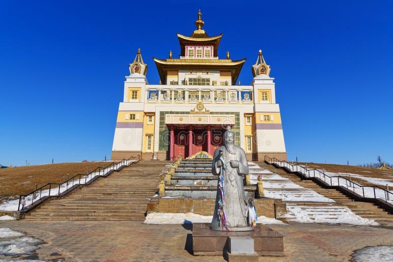Domicílio dourado complexo budista da Buda Shakyamuni na mola Elista Rússia foto de stock
