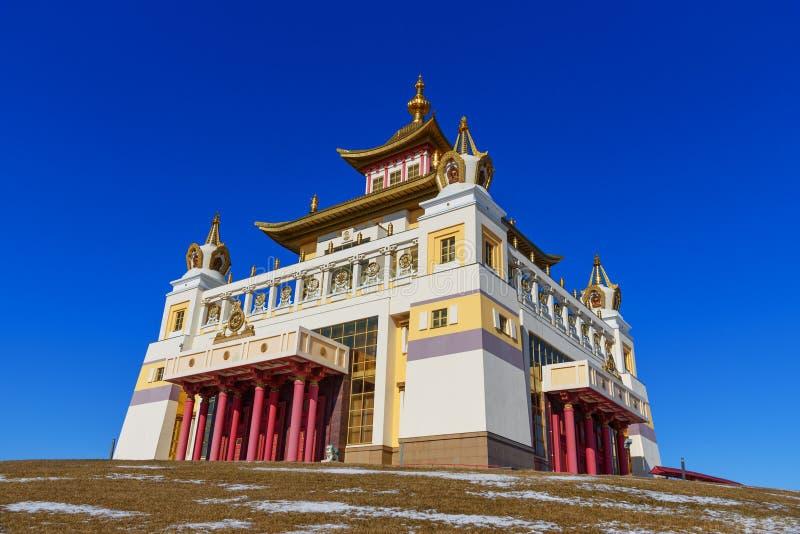 Domicílio dourado complexo budista da Buda Shakyamuni na mola Elista Rússia imagem de stock royalty free