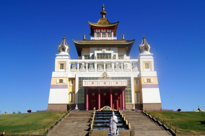 Domicílio dourado do templo budista da Buda Shakyamuni Elista, república de Calmúquia, Rússia fotografia de stock royalty free
