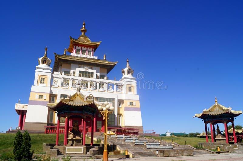 Domicílio dourado do templo budista da Buda Shakyamuni Elista, república de Calmúquia, Rússia imagens de stock royalty free