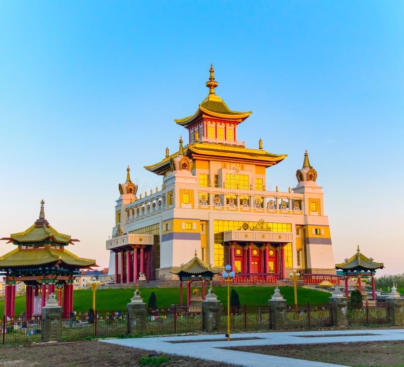 Domicílio dourado do templo budista da Buda Shakyamuni em Elista, república de Calmúquia, Rússia fotografia de stock