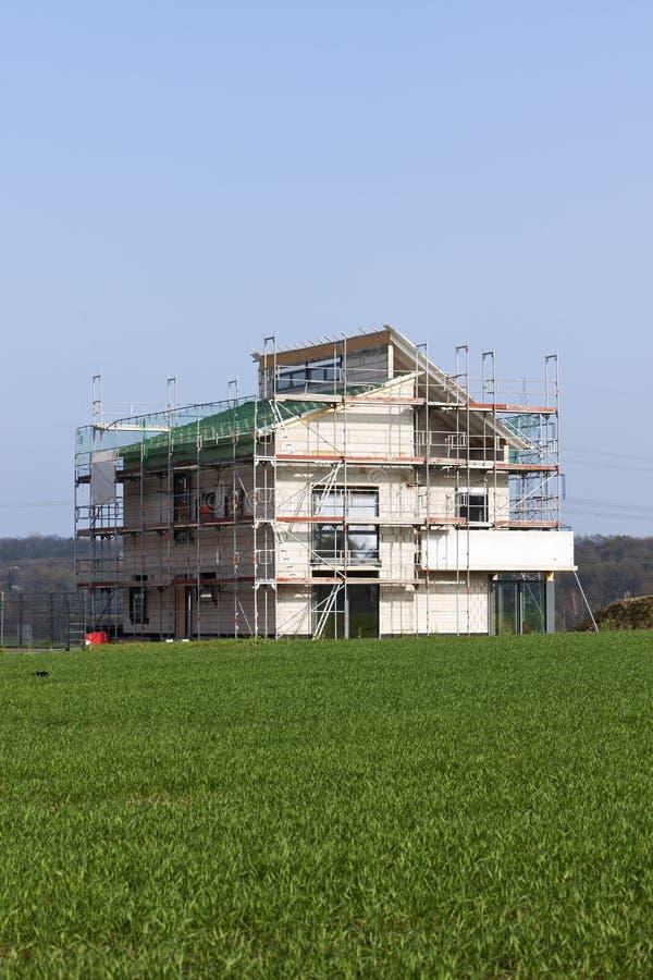 Domicílio familiar moderno sob a construção foto de stock