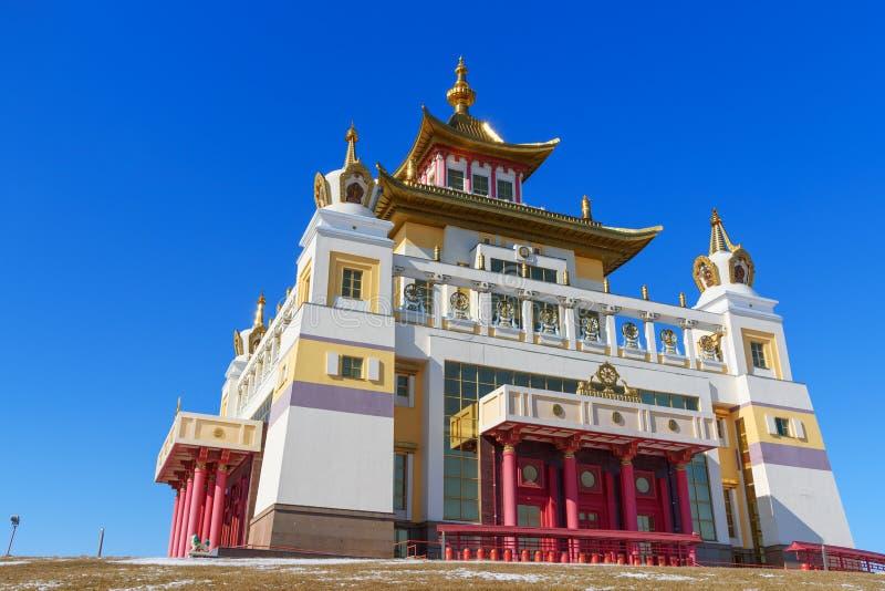 Domicilio de oro complejo budista de Buda Shakyamuni en primavera Elista Rusia fotografía de archivo