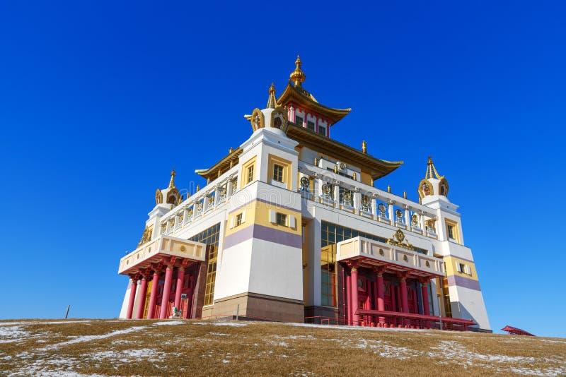 Domicilio de oro complejo budista de Buda Shakyamuni en primavera Elista Rusia imagenes de archivo