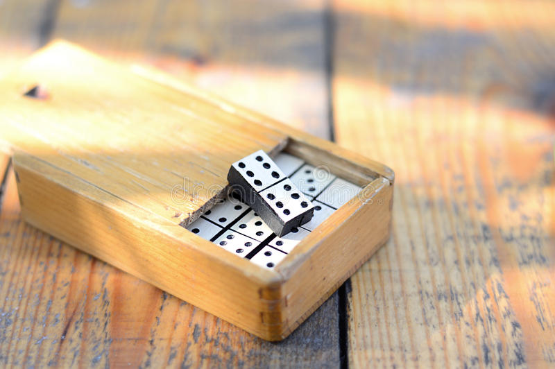 Dominós de madera fijados imagen de archivo