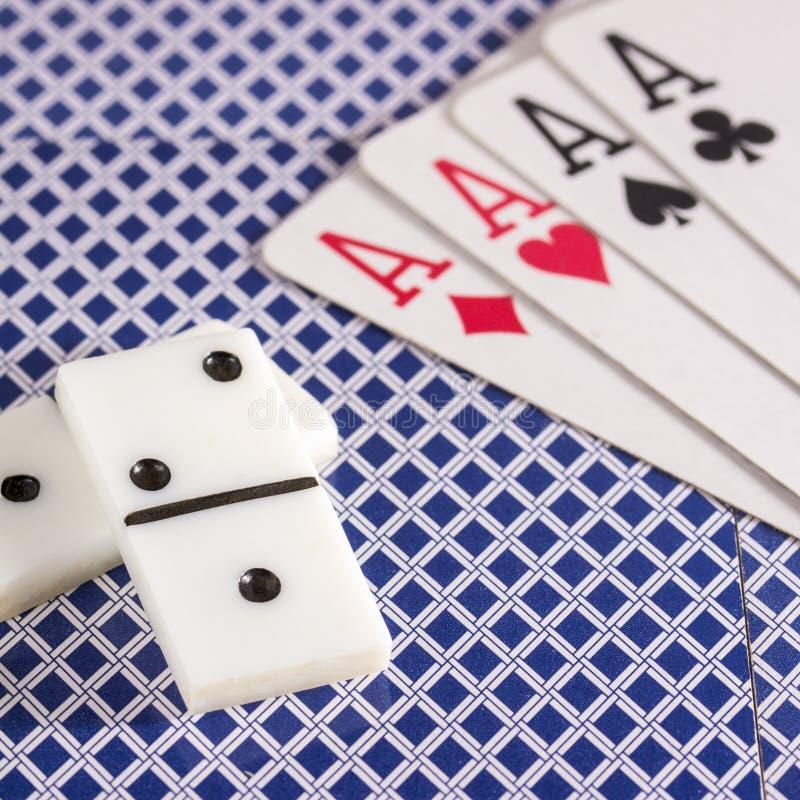Domina i karta do gry protestują dla stołowych gier fotografia royalty free