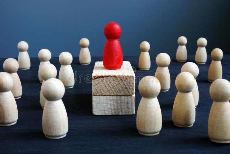 Dominance, puissance et direction Figurine en bois rouge sur des blocs images stock