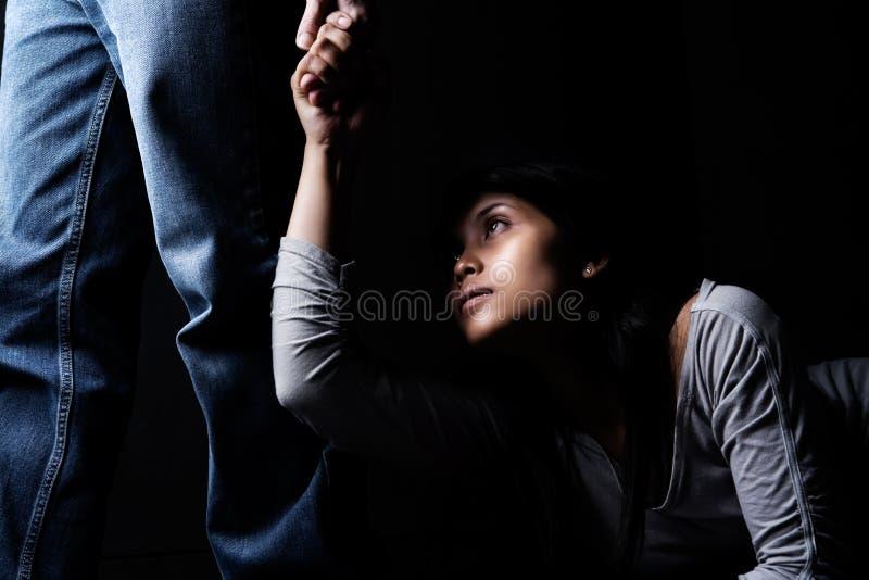dominansman över kvinna arkivfoto