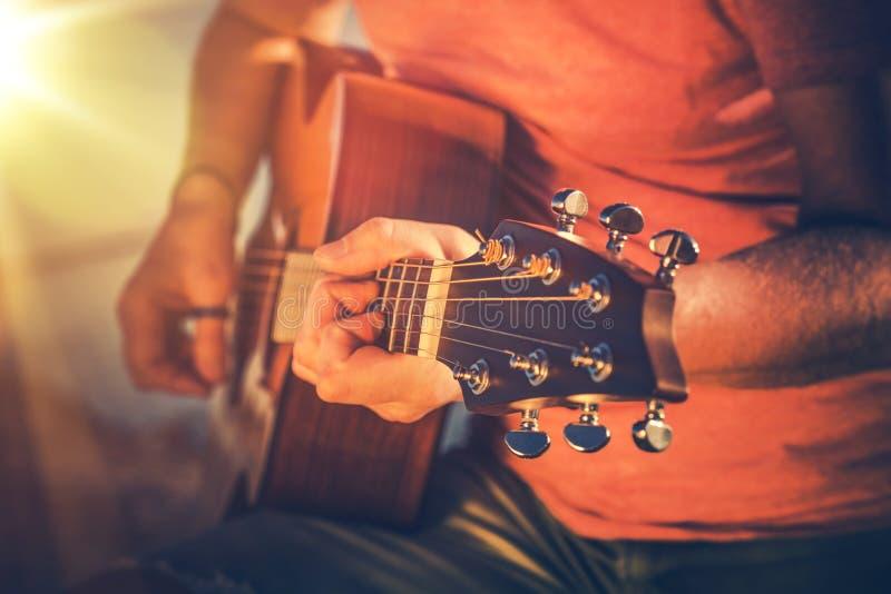 Dominar la guitarra acústica imagen de archivo libre de regalías