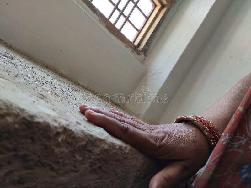 Dominera indiern Woman& x27; s-hand med armringar arkivfoton