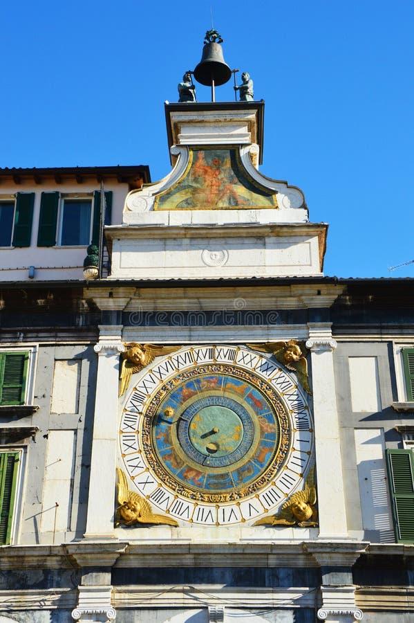 Dominez avec l'horloge astronomique de la ville de Brescia photo libre de droits