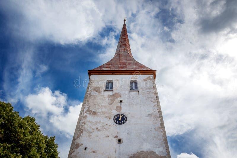 Dominez avec l'horloge de l'église Trinity de St dans Rakvere, Estonie images stock