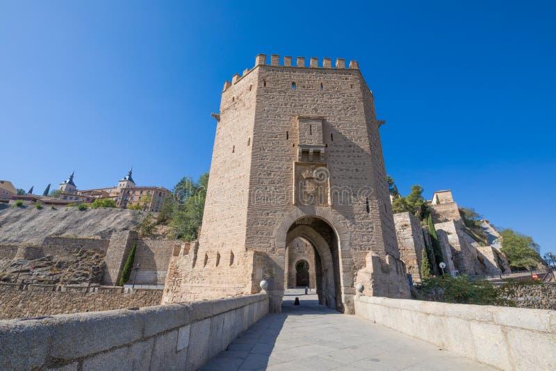 Dominez dans le pont d'Alcantara avec la ville de Toledo à l'arrière-plan image stock