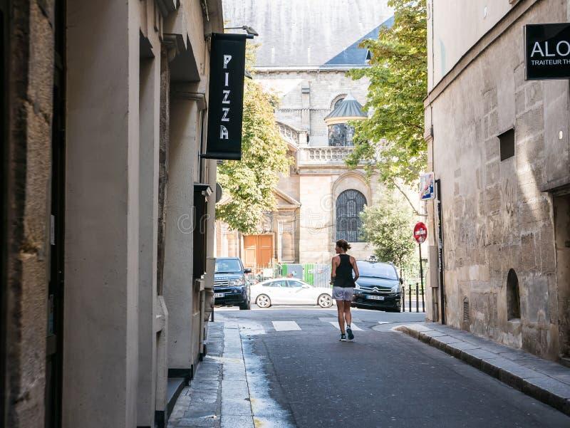 Domingo de manhã basculador perto de DES Pres de Eglise St Germain, Paris foto de stock royalty free
