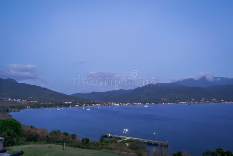 Dominica Island Sunset en silhouette sur la plage images stock