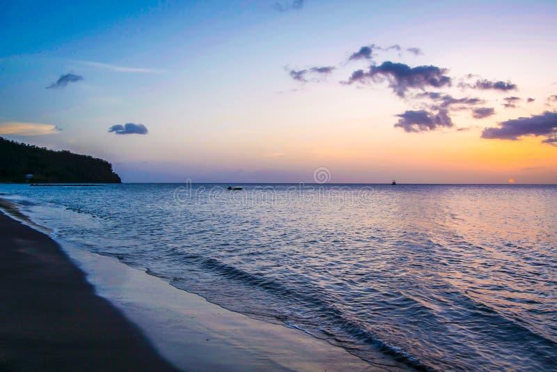 Dominica Island Sunset in Silhouet op het strand stock afbeelding