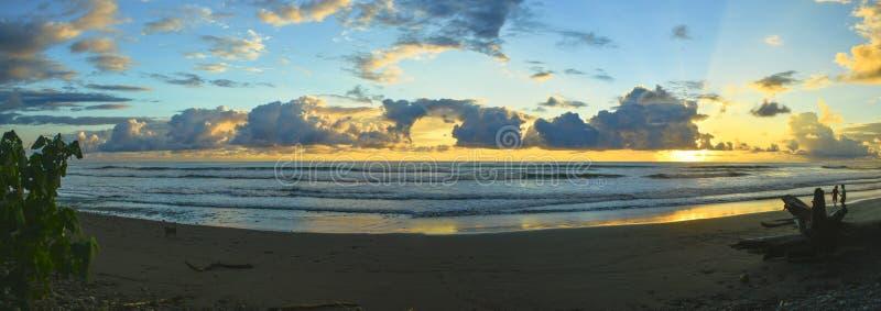 Dominical Sonnenuntergang-Panorama lizenzfreies stockbild