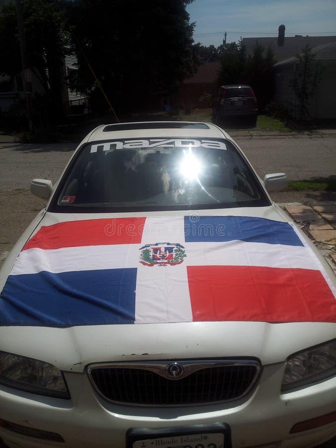 Dominikanische Flagge auf Auto lizenzfreie stockbilder