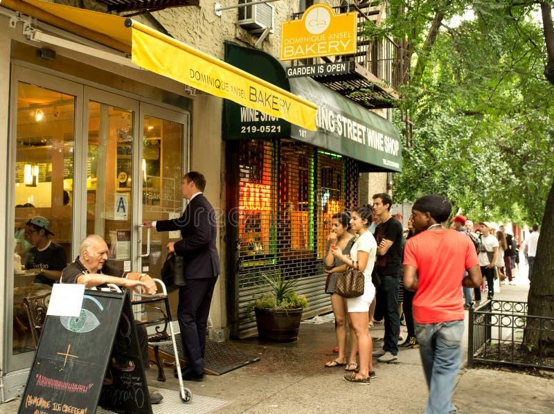 Dominique Ansel Bakery tem a linha longa para Cronut foto de stock royalty free