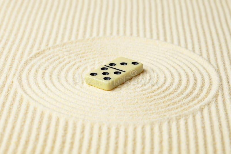 Domino沙子表面黄色 免版税库存照片