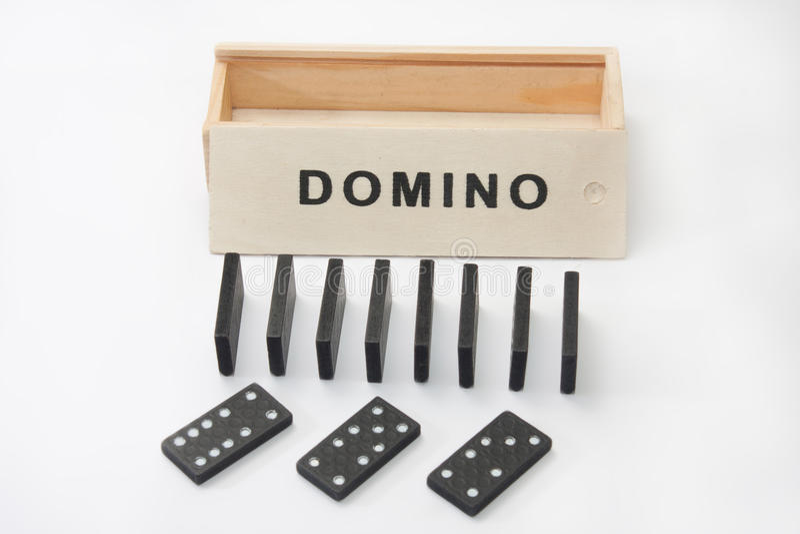 Domino con la scatola di legno sui precedenti bianchi fotografia stock libera da diritti
