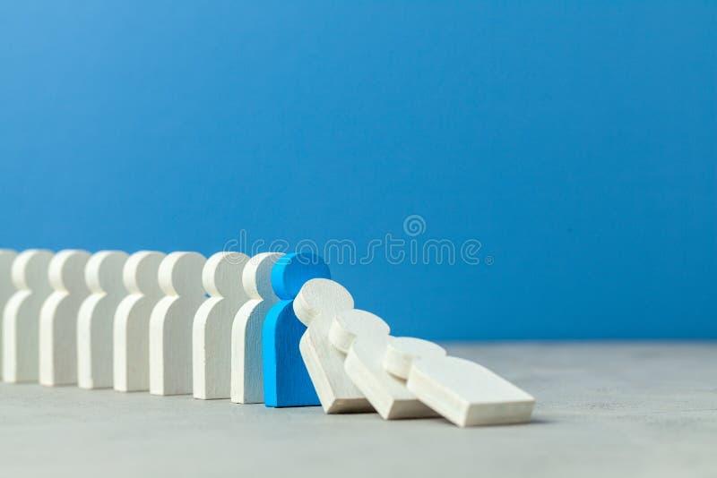 Domino-Effekt im Gesch?ft Ein Gesch?ftsmann f?llt und senkt andere Zahlen von Angestellten Verhindern Sie die Zerst?rung des Syst lizenzfreie stockfotografie