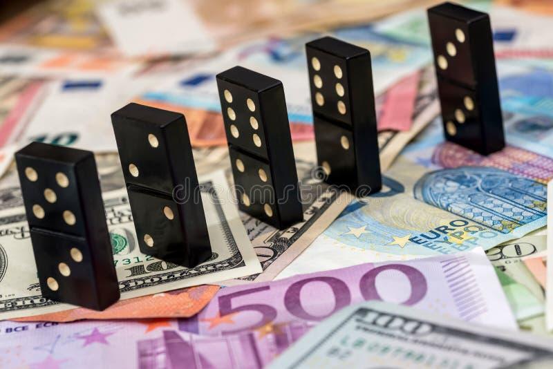 Domino på euro och dollar arkivfoton