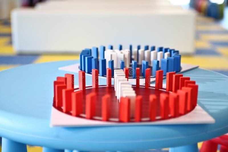 Dominobricka - färgrika små plana stycken av trä eller plast- royaltyfria foton