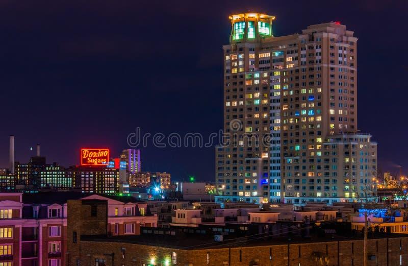 Dominobricka sockrar fabriken och HarborView andelslägenheter på natten från den federala kullen, Baltimore, Maryland royaltyfri fotografi
