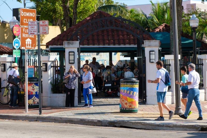 Dominobrickan parkerar på den 8th gatan i den lilla havannacigarren, Miami royaltyfria bilder