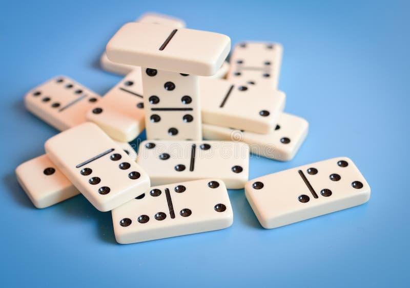 Dominos auf einem blauen Hintergrund lizenzfreie stockbilder