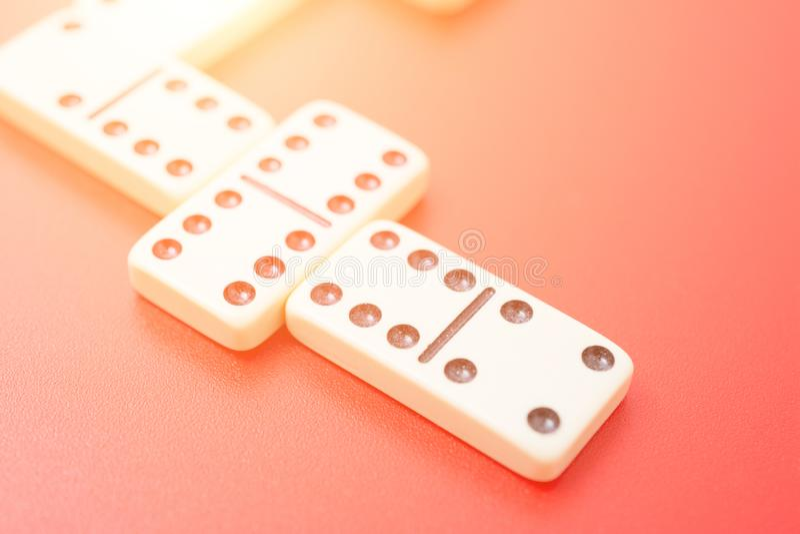 Dominos auf roter Tabelle lizenzfreies stockfoto